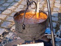 Kochen der Suppe über brennendem Lagerfeuer Stockbilder