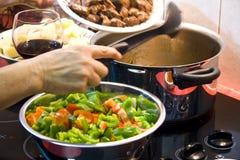 Kochen der Suppe Stockfoto
