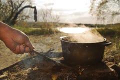 Kochen der Suppe im Lager auf Freilicht Lizenzfreies Stockfoto