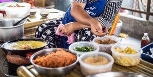 Kochen der thailändischen Nudel im Frischmarkt Stockbild