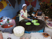 Kochen der Tortillas an der Gaststätte Stockbilder