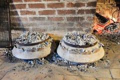 Kochen der traditionellen dalmatinischen Mahlzeit Peka Lizenzfreie Stockfotos