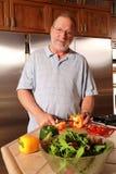 Kochen des älteren Mannes Lizenzfreies Stockfoto