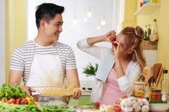 Kochen des Abendessens lizenzfreies stockfoto