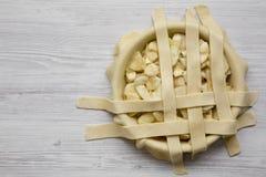 Kochen des Apfelkuchens auf einem weißen hölzernen Hintergrund, Draufsicht Kopieren Sie Platz lizenzfreies stockbild