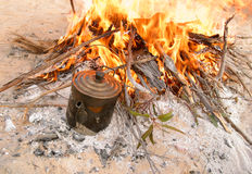 Kochen des Billy auf Lagerfeuer australien Stockbild