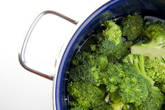 Kochen des Brokkolis Stockbild