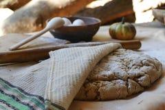 Kochen des Brotes im Prozess Lizenzfreie Stockfotos