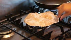 Kochen des Chapatis auf einem Gaskocher stock video