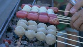 Kochen des Fleisch-Balls, thailändisches Lebensmittel, buntes Straßen-Lebensmittel-Leben in Bangkok stock video