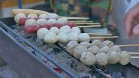 Kochen des Fleisch-Balls, thailändisches Lebensmittel, buntes Straßen-Lebensmittel-Leben in Bangkok stock video footage