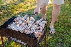 Kochen des Fleisches auf dem Grill Stockfotos