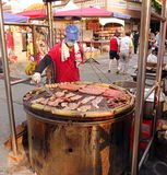 Kochen des Fleisches und der Eier auf einem enormen Grill Lizenzfreie Stockfotos