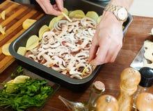 Kochen des französisch-ähnlichen Fleisches. Addieren von portatoes Lizenzfreie Stockfotografie