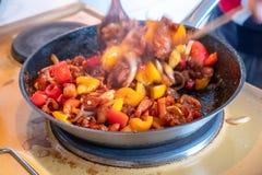 Kochen des gebratenen Huhns mit Acajounuss und Gemüse auf Wanne Stockfotografie