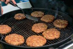 Kochen des gegrillten Burgerkoteletthintergrundes stockbild