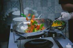 Kochen des Gemüses in der Wokwanne Lizenzfreies Stockfoto