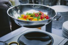 Kochen des Gemüses in der Wokwanne Lizenzfreies Stockbild