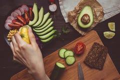 Kochen des gesunden Abendessens mit Kichererbse und Gemüse Gesundes foo stockfotografie