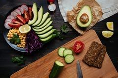 Kochen des gesunden Abendessens mit Kichererbse und Gemüse Gesundes Nahrungsmittelkonzept Lebensmittel des strengen Vegetariers V stockfoto