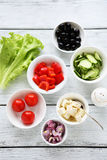Kochen des griechischen Salats Lizenzfreie Stockfotografie