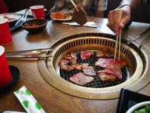 Kochen des Grills und gegrillt über Holzkohle auf Ofen in Japan Cl stockfotografie