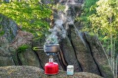 Kochen des guten Kaffees in der Natur lizenzfreie stockbilder