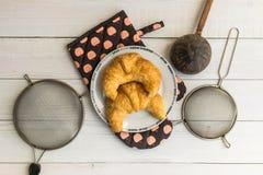 Kochen des Hörnchens auf rustikalem hölzernem Hintergrund Stockfotos