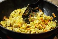Kochen des Huhns in einem Wok lizenzfreies stockfoto