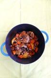 Kochen des Huhns im Roheisentopf Stockbild