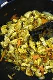 Kochen des Huhns und des Gemüses in einem Wok lizenzfreies stockbild