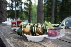 Kochen des köstlichen Lebensmittels des strengen Vegetariers beim Kampieren Stockfotografie