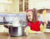 Kochen des kleinen Mädchens Stockbilder