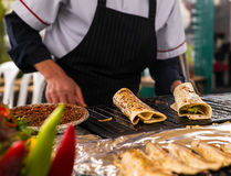 Kochen des Lachskebabs Lizenzfreie Stockfotos