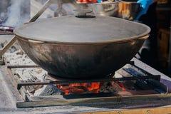 Kochen des Lebensmittels im Bottich lizenzfreies stockbild