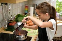 Kochen des Mädchens Lizenzfreies Stockfoto