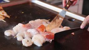 Kochen des Meeresfrüchtesatzes auf dem Markt in Bergen stock video