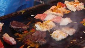 Kochen des Meeresfr?chtesatzes auf Markt in Bergen, Norwegen stock video