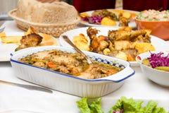 Kochen des Nahrungsmittelhuhnfleisches und -salats Stockfotos