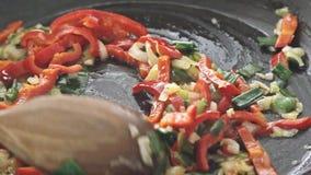 Kochen des Omeletts stock footage