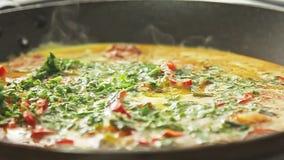 Kochen des Omeletts stock video