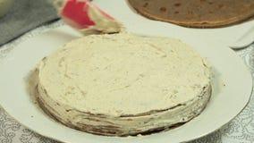 Kochen des Oreo-Krepp-Kuchens stock video