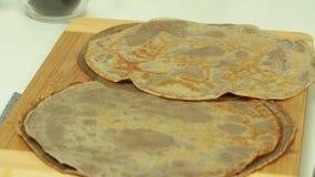 Kochen des Oreo-Krepp-Kuchens stock video footage