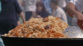 Kochen des Pilafs in einem großen Kessel, draußen stock video