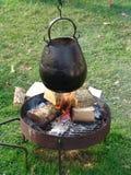 Kochen des Potenziometers über Feuer Stockfotografie