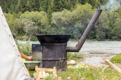 Kochen des Reis Pilafes im traditionellen Feld-Ofen Stockfoto