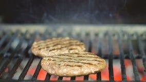 Kochen des Rindfleisch- und Schweinefleischpastetchens f?r Burger Fleisch gebraten an der K?che stock footage