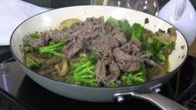 Kochen des Rindfleisches und des Brokkolis in einer Wanne stock footage