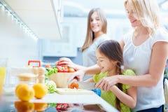 Kochen des Salats Stockfoto