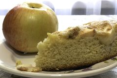 Kochen des Schwamm-Kuchens mit Äpfeln, Charlotte lizenzfreie stockfotografie